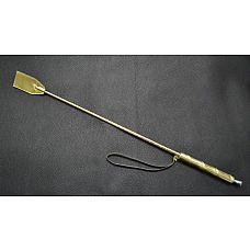 Золотистый стек с деревянной ручкой - 70 см.  Состоит из деревянной рукояти и хлыста из гибкой полимерной основы, оплетённых искусственной кожей.