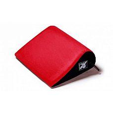 Красная малая замшевая подушка для любви Liberator Retail Jaz  Положенная на изогнутую сторону, подушка поддерживает тело плоской стороной, позволяя бедрам качаться вперед и назад, усиливая ощущения от фрикций.