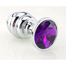 Серебристая рифлёная пробка с фиолетовым кристаллом - 9 см.  Анальная пробка с ярким кристаллом внесет разнообразие в вашу интимную жизнь.