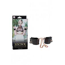 Наручники мягкие Entice French Cuffs с цепью черные  Черные наручники с позолоченной цепью French Cuffs из коллекции Entice. Есть такие аксессуары, которые не нуждаются в представлении и должны быть у каждого ценителя будоражащих кровь ласок. Будьте напористы, ведь сила всегда возбуждает. А эти наручники Вам в этом помогут. Длина: 21,5 см; Материал: PVC/MTL; Производитель: California Exotic Novelties.