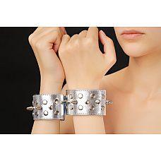 Напульсники серебристые 5016-6  Напульсники с шипами изготовлены из искусственной кожи и меха
