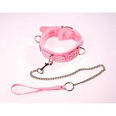 Розовый ошейник с поводком  Изготовлен из искусственной кожи.