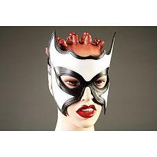 Кожаная маска-очки с белой вставкой  Маска ручной работы изготовлена из натуральной кожи черного цвета и украшена вставкой.