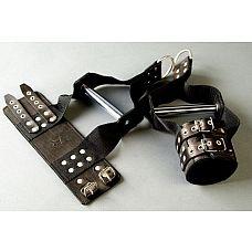 Чёрные наручники с хромированной трубкой для подвешивания   Специальные наручи с хромированной трубкой для подвешивания  - это ваш помощник в реализации самых необузданных фантазий в БДСМ-сессиях.