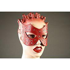 Красная кожаная маска с заклёпками  Маска ручной работы изготовлена из натуральной кожи и украшена металлическими заклепками.