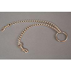Цепь с центральным кольцом и карабинами по обе стороны - 25 см.  Цепь с центральным кольцом и двумя карабинами может использоваться для соединения наручников и поножей, а также других девайсов БДСМ-тематики.
