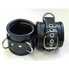 Чёрные наручники с застежкой-ремешком и 3 сварными D-кольцами  Наручники подшитые.