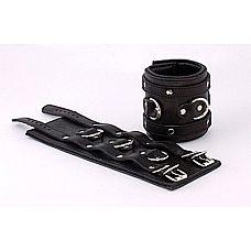 Широкие подвернутые наручники с 3 сварными D-кольцами  Застежка - 2 ремешка с пряжками  с 3 сварными D-кольцами, с мягкой проставкой обтянутой кожей внутри, без соединительной фиксации  подшитые.
