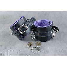 Кожаные подвёрнутые наручники с фиолетовой подкладкой  Подвернутые  застежка - ремешок с эллипсными отверстиями и запирающейся пряжкой «бабочкой», с замочком для фиксации.