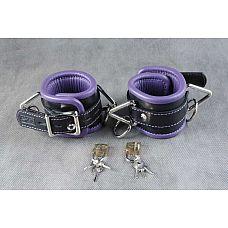 Подвёрнутые кожаные наручники с фиолетовым подкладом  Обернутые  застежка - ремешок с эллипсами-отверстиями и запирающейся пряжкой-«бабочкой», с замочком для фиксации.