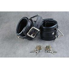 Чёрные подвёрнутые наручники из кожи  Обернутые  застежка - ремешок с эллипсными отверстиями и запирающейся пряжкой «бабочкой», с замочком для фиксации.