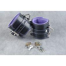 Подвёрнутые кожаные наножники с фиолетовым подкладом  Подвернутые  застежка - ремешок с эллипсными отверстиями и запирающейся пряжкой «бабочкой», с замочком для фиксации.