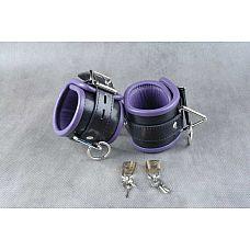 Чёрные подвёрнутые наножники с фиолетовым подкладом  Обернутые  застежка - ремешок с эллипсами-отверстиями и запирающейся пряжкой «бабочкой», с замочком для фиксации.