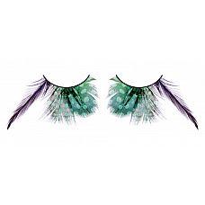 Зеленые ресницы с фиолетовыми перьями  Сенсационные ресницы из мягких высококачественных перьев ручной обработки, выполненные в лиловом и зеленом цветах, закругленные и удлиненные, с рисунком в крапинку.