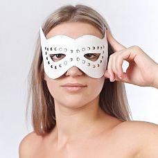 Белая маска на глаза с разрезами и заклепками   Изготовлена из натуральной кожи с велюровой подкладкой.