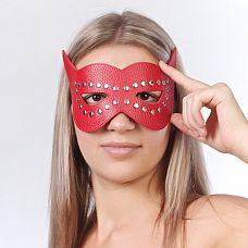 Красная маска на глаза с разрезами и заклепками  Изготовлена из натуральной кожи с велюровой подкладкой. Размер универсальный