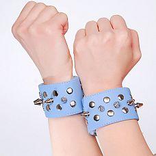 Голубые напульсники с шипами и заклепками  Изготовлены из искусственной кожи.