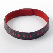 Чёрный ошейник с красными сердечками  Изготовлен из натуральной кожи с велюровой подкладкой.