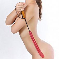 Красный стек с длинным шлепком - 70 см.  Стек состоит из деревянной рукояти и хлыста из гибкой полимерной основы, оплетённой натуральной кожей красного цвета.