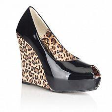 Блестящие туфли с леопардовой танкеткой  Туфли из блестящей искусственной кожи черного цвета.