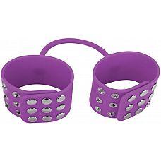 Фиолетовые силиконовые наручники с заклепками  Властвуй над своим любовником с этими полностью регулируемыми и эластичными наручниками, выполненными из 100% силикона.