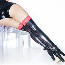 Чулки под латекс с красной стрелкой и кружевной резинкой  Черный чулки с эффектом латекса на ногах.