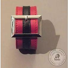 Красно-чёрный браслет с прямоугольной пряжкой  Данная модель выполнена из натуральной кожи черного и красного цвета и украшена пряжкой прямоугольной формы.