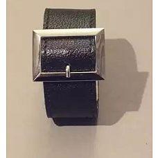 Чёрный браслет с квадратной пряжкой  Данная модель выполнена из натуральной кожи черного цвета и украшена пряжкой квадратной формы.