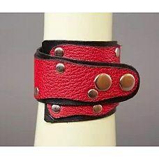 Красно-чёрный кожаный браслет «Треугольник»  Данная модель выполнена из натуральной кожи черного и красного цвета, имеет необычную форму и украшена заклепками.