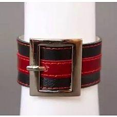 Чёрно-красный браслет с квадратной пряжкой  Данная модель выполнена из натуральной кожи черного и красного цвета и украшена пряжкой квадратной формы.