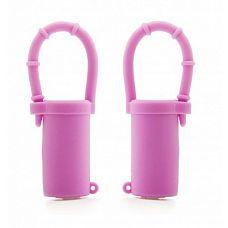 Розовые вибростимуляторы для груди  Зажимы на соски от Shots Toys сделают ваши соски дрожащими, как во время землетрясения! Они могут стать вашим пикантным секретом и обеспечить постоянную стимуляцию во время занятий любовью.