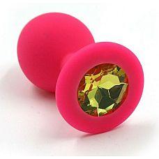 Розовая силиконовая анальная пробка с жёлтым кристаллом - 7 см.  Анальная пробка из силикона розового цвета, размер M.
