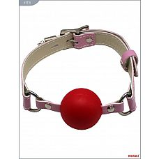 Красный пластиковый кляп-шар с фиксацией розовыми ремешками  Классический кляп-шар на кожаных ремешках   высококачественное изделие с современной фурнитурой, аккуратными креплениями и отличной контрастной белой строчкой.