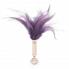 Пуховая кисточка Cherished Collection Feather Tickler - 24 см.  Не ври, что ты не чувствуешь сладкой дрожи, стоит подумать о том, как эти перья скользят по твоему чувственному телу.