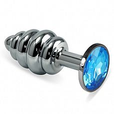 Серебристая пробка с рёбрышками и голубым кристаллом - 7 см.  Небольшая анальная втулка выполнена из металла и имеет размеры, подходящие для ношения и использования новичками, ребрышки-спирали добавляют острых ощущений обоим партнерам.