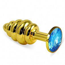 Золотистая пробка с рёбрышками и голубым кристаллом - 7 см.  Небольшая анальная втулка выполнена из металла и имеет размеры, подходящие для ношения и использования новичками, ребрышки-спирали добавляют острых ощущений обоим партнерам.