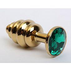 Золотистая рифлёная пробка с зеленым стразом - 8,2 см.  Фигурная анальная пробка из металла под золото с ярким кристаллом внесет разнообразие в вашу интимную жизнь.