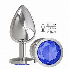 Серебристая большая анальная пробка с синим кристаллом - 9,5 см.  Гладенькая металлическая пробка с кристаллом в ограничительном основании.
