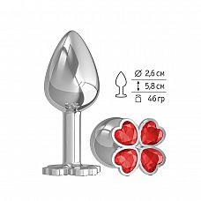 Серебристая анальная втулка с клевером из красных кристаллов - 7 см.  Широкое основание пробки гарантирует безопасное использование.
