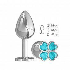 Серебристая анальная втулка с клевером из голубых кристаллов - 7 см.  Широкое основание пробки гарантирует безопасное использование.