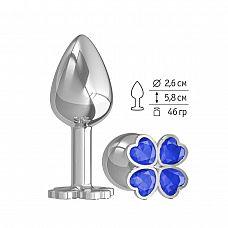 Серебристая анальная втулка с клевером из синих кристаллов - 7 см.  Широкое основание пробки гарантирует безопасное использование.