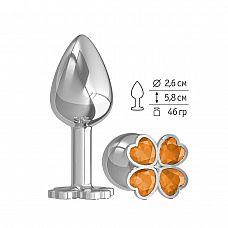 Серебристая анальная втулка с клевером из оранжевых кристаллов - 7 см.  Широкое основание пробки гарантирует безопасное использование.