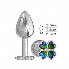 Серебристая анальная втулка с клевером из радужных кристаллов - 7 см.  Широкое основание пробки гарантирует безопасное использование.
