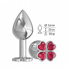 Средняя серебристая анальная втулка с клевером из малиновых кристаллов - 8,5 см.  Широкое основание пробки гарантирует безопасное использование.