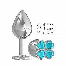 Средняя серебристая анальная втулка с клевером из голубых кристаллов - 8,5 см.  Широкое основание пробки гарантирует безопасное использование.