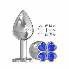 Средняя серебристая анальная втулка с клевером из синих кристаллов - 8,5 см.  Широкое основание пробки гарантирует безопасное использование.