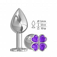Средняя серебристая анальная втулка с клевером из фиолетовых кристаллов - 8,5 см.  Широкое основание пробки гарантирует безопасное использование.