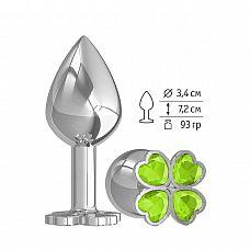 Средняя серебристая анальная втулка с клевером из лаймовых кристаллов - 8,5 см.  Широкое основание пробки гарантирует безопасное использование.