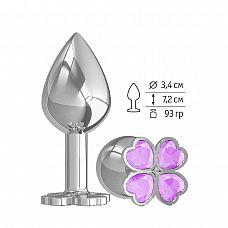Средняя серебристая анальная втулка с клевером из сиреневых кристаллов - 8,5 см.  Широкое основание пробки гарантирует безопасное использование.