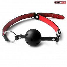 Черно-красный пластиковый кляп-шарик с колечком на ремешке  Кляп с шариком должен присутствовать в арсенале любого любителя БДСМ.